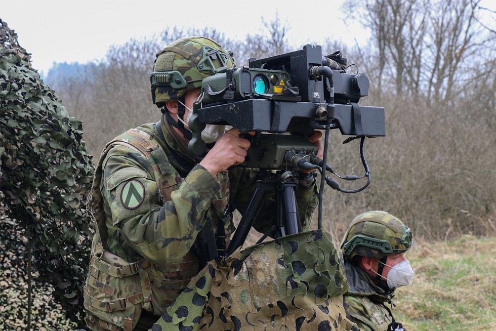 Příprava vojáků do zahraniční operace probíhala i za zhoršené epidemiologické situace. Na snímku zachycena aparatura vzdušného pozorovatele.