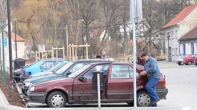Více parkovacích míst by přivítali lidé i ve Volyni. Parkoviště na obou náměstích jsou totiž věčně plná.
