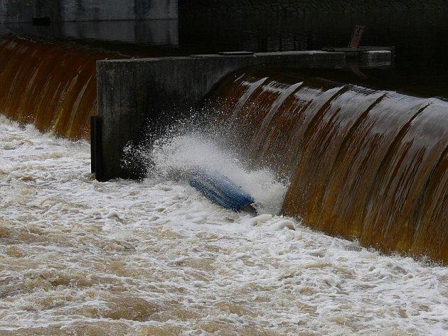 Pod jezem u pivovaru se převrátil raft s vodáky. V nebezpečí byli i hasiči, kteří se je snažili zachránit.