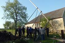Stavění májky přilákalo celou obec.