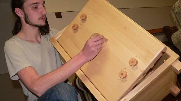Student Jiří Jaroš se rozhodl jako ročníkovou práci vyrobit dřevěný trezor.