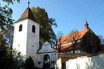 Kostel se zvonicí.
