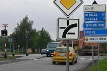 Křižovatka spojující pět ulic a železniční trať.