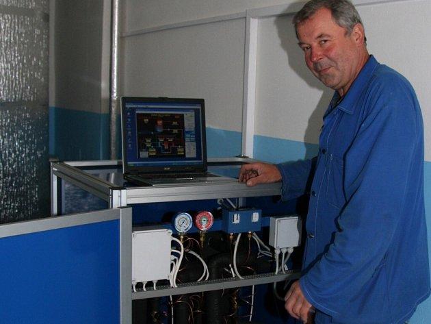 Vedoucí revizní technik odboru Energetika Miroslav Špatný u ovládacího panelu tohoto zařízení.