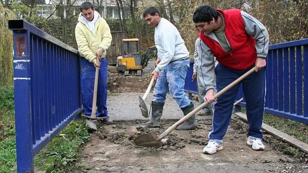 V pondělí 16. listopadu dělníci odstraňovali starý povrch lávky.