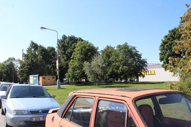 Nový přednádražní prostor bude situovaný mezi budovu vlakového nádraží a market Billa.