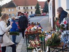 Pro rodiče trhy s nabídkou vánočního zboží a pro děti pohádka, tak vypadala nedělní adventní nálada v Radomyšli
