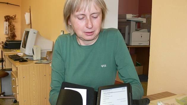 Na pátečním odpoledním čtení představila Alena Hrdličková také čtečku e-knih.