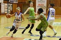 NOVOU tváří v dresu U19 Chance je Andrea Ulrichová. Na horním snímku (zcela vlevo) se snaží přejít přes Američanku Chambersovou. Akci v pozadí sledují Tereza Šípová (v bílém) a Adéla Smutná.