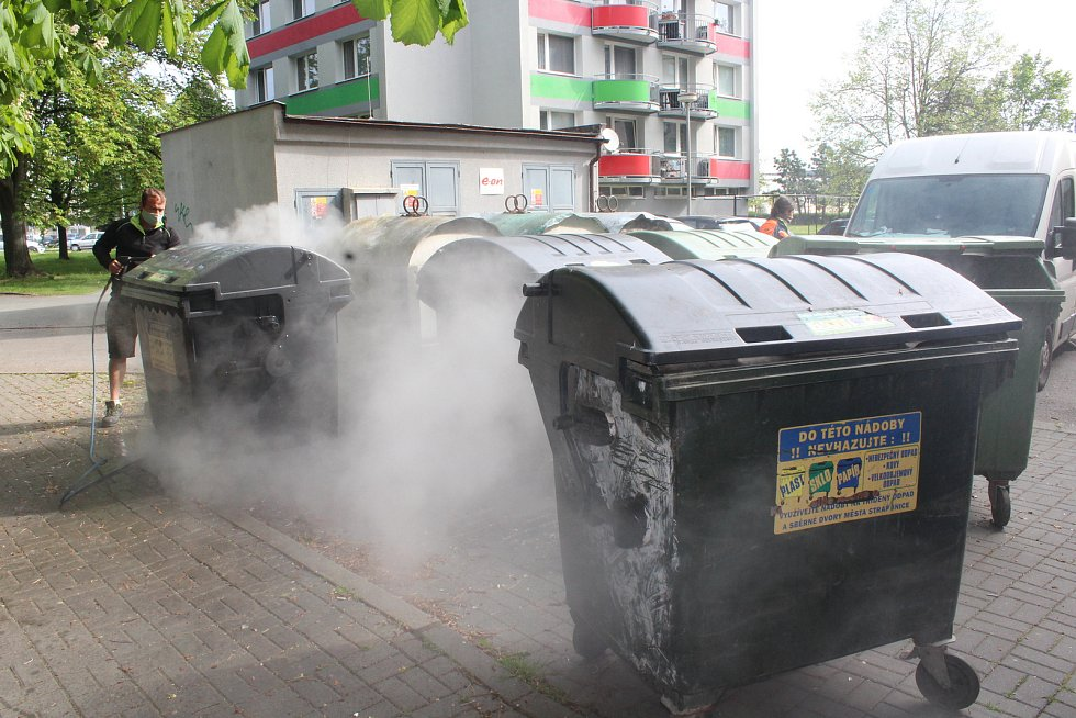 Dezinfekce kontejnerů ve Strakonicích.