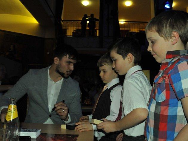 Jakub Kovář samozřejmě na galavečeru ledního hokeje HC Strakonice rozdal nespočet autogramů.
