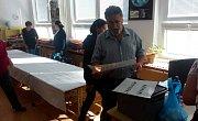 Necelou hodinu před začátkem voleb připravovala komise okrsek 22 v ZŠ Dukelská Strakonice. Mělo by sem dorazit 905 voličů.