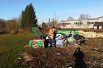 Řidič vozu audi zřejmě kvůli oslnění sluncem přehlédl výstražná světla na kolejích u Čejetic a vjel před projíždějící vlak.