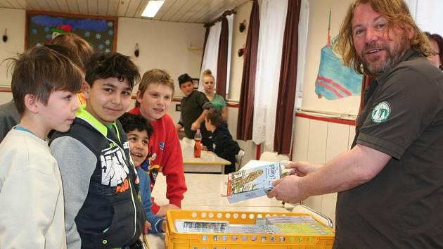 Děti měly z knih a her velkou radost.