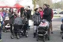 Na start se s kočárky postavili nejen maminky, ale i tatínkové i celé rodiny.