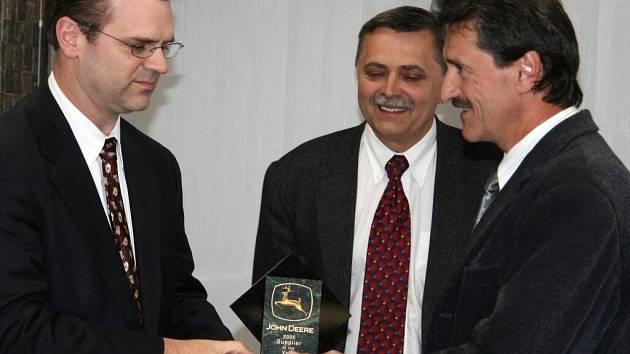 Představitel firmy John Deere Tom Bodan (vlevo) předal ocenění Dodavatel roku
