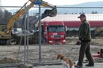 Na stavbě marketu začaly nejrpve hrubé terénní práce.