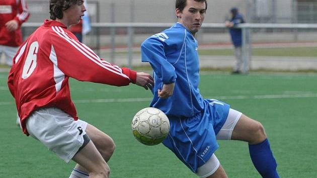 Jakub Vršecký (vpravo) potvrdil gólem na konečných 2:0 výhru starších dorostenců Strakonic nad SKP České Budějovice.