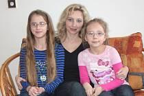 Petra Bedřichová s dcerami. Na snímku vlevo je Pavla, vpravo Eva.
