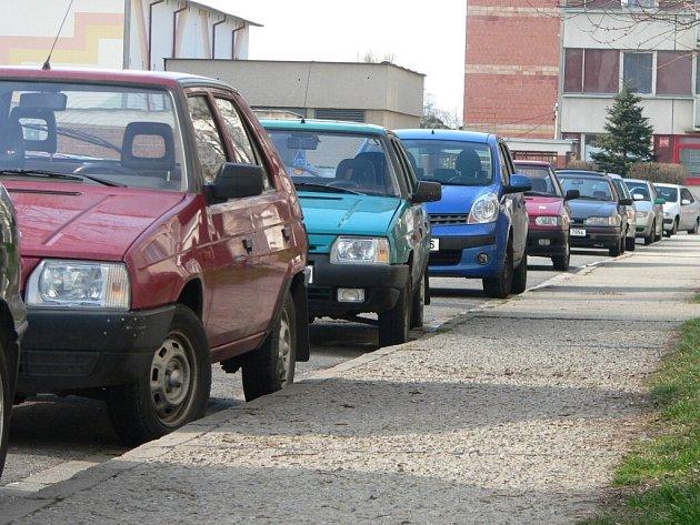 Parkování na sídlišti Mír.