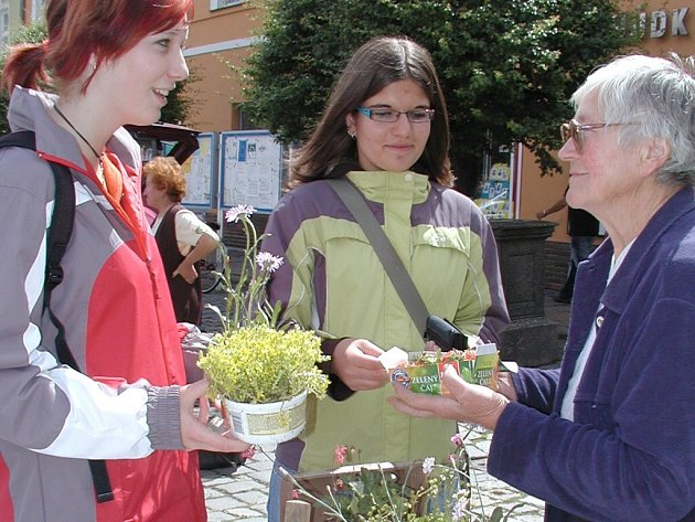 Pěstitelé zelinářských výrobků a prodejci různého zboží obsazují vodňanské náměstí každé úterý a sobotu.