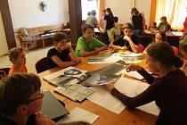 Děti si zkoušejí vyrobit animovaný film.