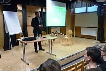 Ve středu 18. ledna vystoupil na strakonickém gymnáziu s přednáškou pro studenty čtvrtých ročníků Ph.Lic. Mgr. Lukáš Engelmann. Foto: archiv gymnázia
