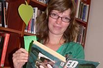 Knihovnice Jana Hejtmánková při zeleném dnu věnovaném detektivkám, válečným nebo dobrodružným románům.