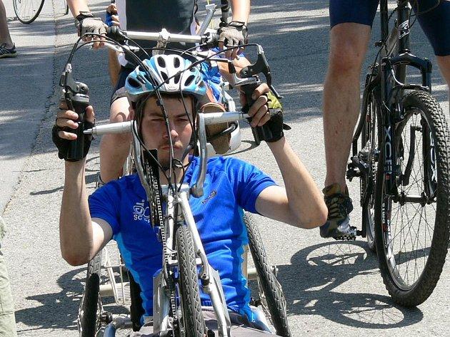 Na hajanském pětikilometrovém cyklistickém okruhu  v sobotu a v neděli závodilo 43  hendikepovaných  sportovců.