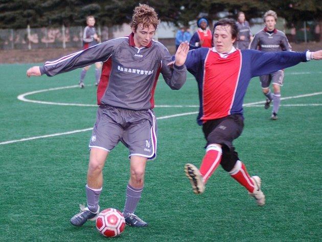 Strakoničtí fotbalisté sehrají v sobotu od 18 hodin další přípravný zápas, tentokrát bude jejich soupeřem na umělce ligový dorost Marily Příbram (na snímku vlevo je Tomáš Hajdušek).
