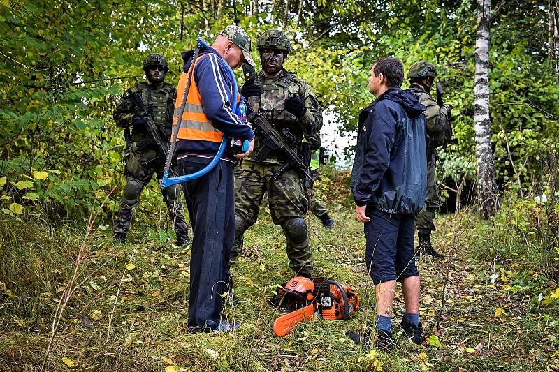 V rámci další simulované situace vojáci řešili konflikt s místními obyvateli. Foto: VeKySIO