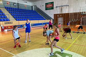 Minižačky basketbalového BK Strakonice pilují své dovednosti.
