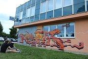 Budovu Domu dětí a mládeže ve Strakonicích před zateplením dostali k dispozici sprejeři, kteří na její fasádě vytvořili svá fantazijní díla.