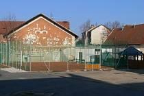 Uprostřed areálu bývalých kasáren v obci je nyní sportoviště pro míčové hry i dětské hřiště.