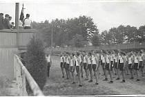 Sokolské cvičení dorostu na Křemelce v roce 1937.