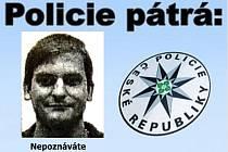 Policisté se na veřejnost obracejí s žádostí o pomoc při ustanovení totožnosti muže na fotografii.