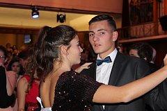 Letošních tanečních se učilo tančit celkem padesát párů středoškoláků