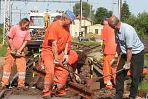 V rámci výluky se dočkal opravy i přejezd v Čejeticích.
