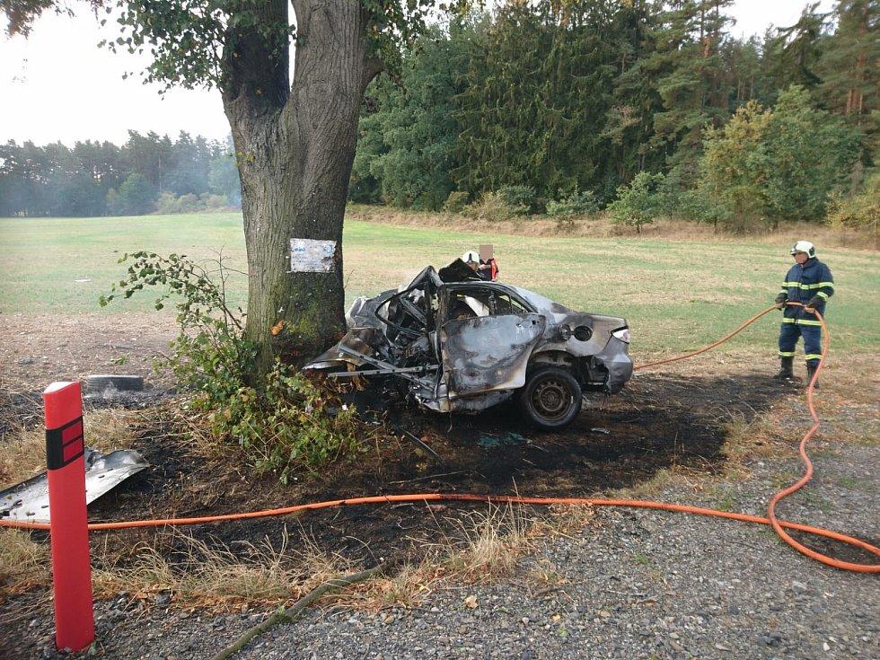 U Drahonic na Strakonicku po nárazu do stromu začalo auto hořet. Řidič při nehodě zemřel.