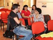 Odpoledne ve společenském sále Šmidingerovy knihovny bylo ve znamení tvořivých dílen, zpěvu, hudby a divadla a hlavně povídání.