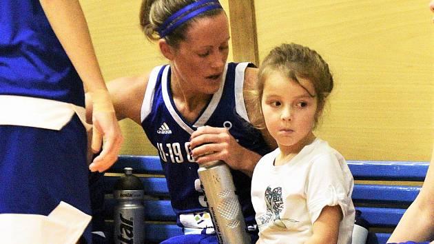 HRÁČKA U19 Chance Kristýna Tomšovicová s dcerkou Natálkou, která má školu teprve před sebou. Foto: Jan Škrle