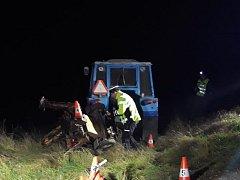 Při srážce s traktorem zemřela cyklistka.