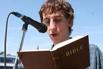 Čtení Bible.