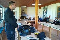 Policisté ČR navštívili studenty střední školy TRIVIS Vodňany na turisticko-branném zátěžovém kurzu.