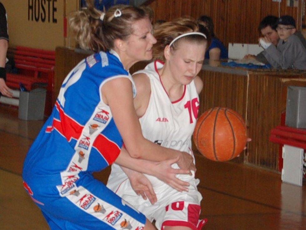 Michaela Stará (na snímku vpravo v souboji s Neužilovou) se na dvou výhrách Strakonic B nad Prosekem podílela v prvním utkání třiceti body, ve druhém jich dala deset.