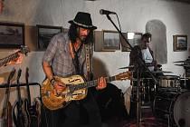 V sobotu 21. září vystoupil divoký velšský psychedelicko – bluesrockový kytarista a zpěvák Troy Redfern s doprovodnou kapelou The BladderStones v Městském muzeu ve Volyni.