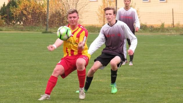 Skóre derby ve Chvalšinách otevřel už v 8. minutě domácí Petr Cába, ještě v poločase bylo skóre vyrovnané, ale po obrátce už tahali za delší konce provazu hosté.