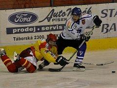 Nováček z Radomyšle v 1. kole krajské ligy porazil doma Vimperk 5:3. Na snímku vlevo je Jan Maroušek, autor jednoho gólu a jedné asistence, vpravo je vimperský Coufal.