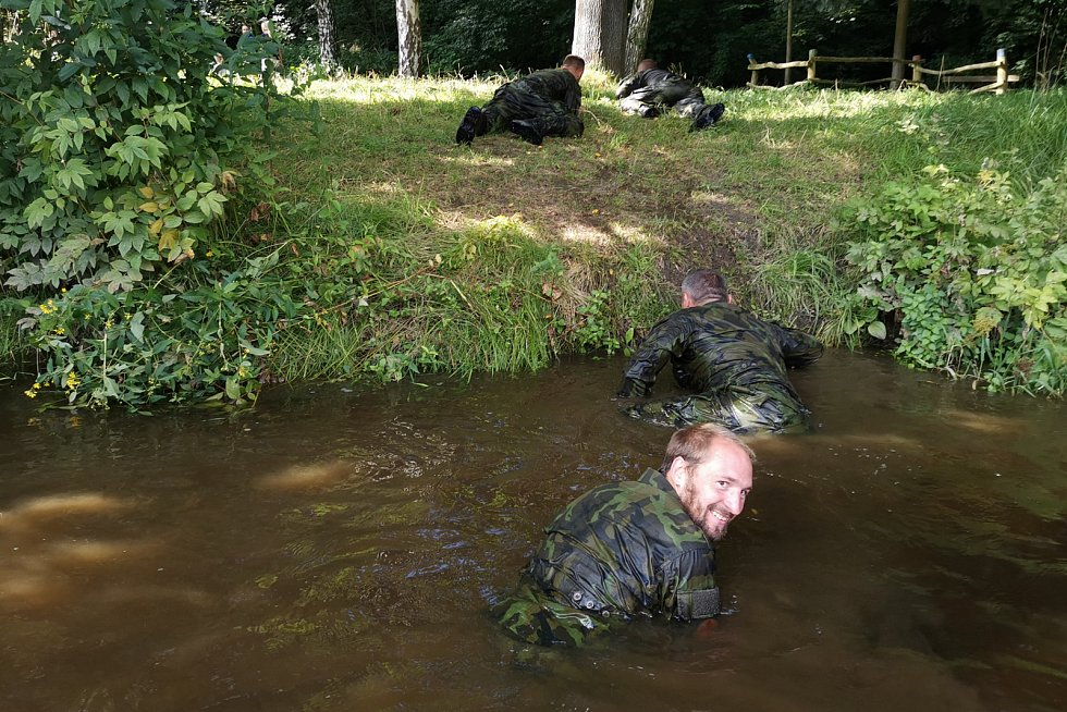V rámci takzvaného skrytého plavání trénovali i to, jak se nepozorovaně dostat na břeh.