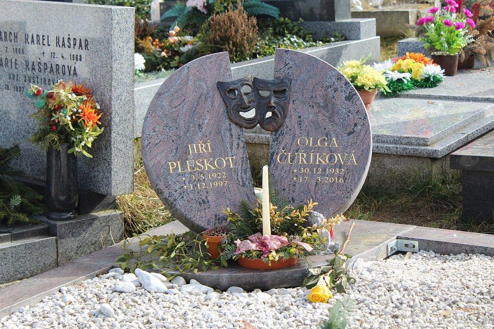 Kousek od hrobu Jiřiny Jiráskové je místo posledního odpočinku jejího někdejšího manžela Jiřího Pleskota.